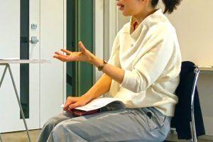 英会話の習得を目指している女性