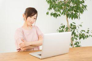 YouTubeの動画を視聴しながら英語を勉強する女性