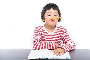 短期集中で英会話の勉強に取り組む女の子