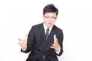 大阪の英会話無料セミナーで身振りを交えてレクチャーする講師