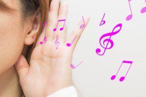 歌をヒントに英語を勉強する女性