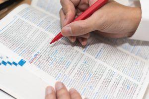 品詞を意識しながら英単語を辞書で引く男性